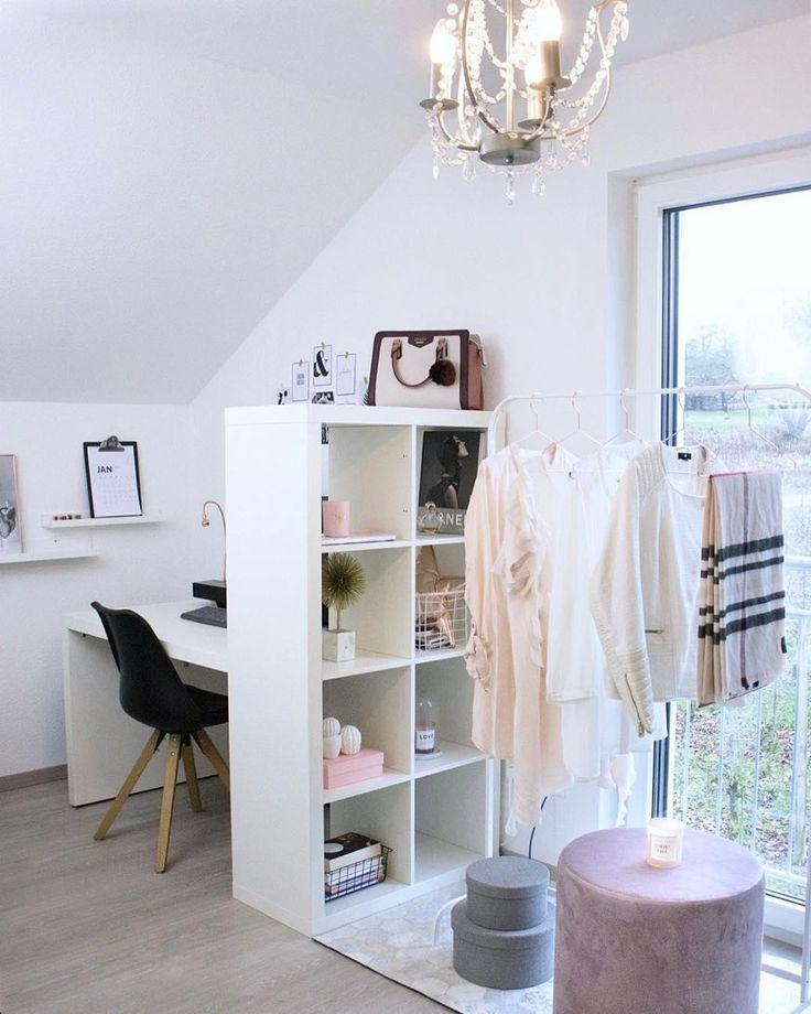Girly Glam! Der wunderschöne Samt-Hocker Daisy sorgt für elegante Vibes in diesem Zuhause. Ob als Sitzgelegenheit oder als Beistelltisch kombiniert mit tollen Deko-Pieces - Hocker Daisy macht immer eine gute Figur! // Schlafzimmer Jugendzimmer Pouf Hocker Skandinavisch Ideen Rose Garderobe Offen Kleiderstange Samt Velvet Kleiderschrank #Schlafzimmer #SchlafzimmerIdeen #Pouf #Samt #Rosa @janina_mirjam