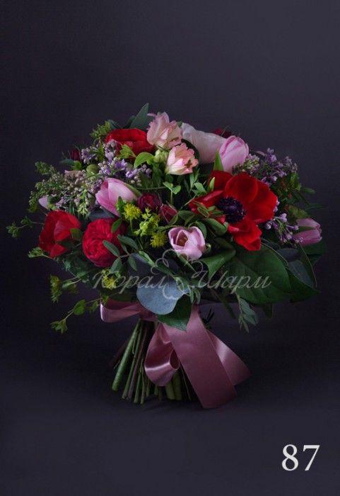 Яркий букет из красных садовых роз, сирени, тюльпанов и анемонов