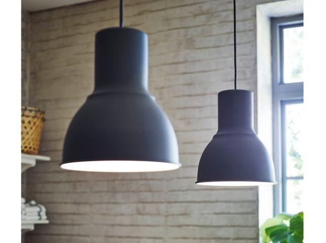 Au style industriel, cette suspension grise sera parfaite au dessus de votre table à manger ou de votre bar. N'hésitez pas à les multipliez si le reste de votre déco n'est pas surchargé ! Suspension Hektar, 79€, Ikea