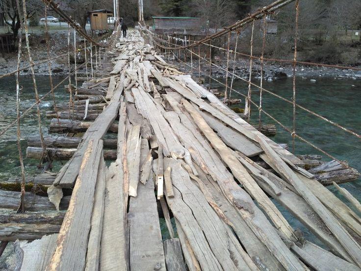 Подвесной мост из натурального старого дерева Делали, конечно, не мы. Но не могли не пройтись, а потом не поделиться. Натуральное старое дерево, уложено очень интересно.