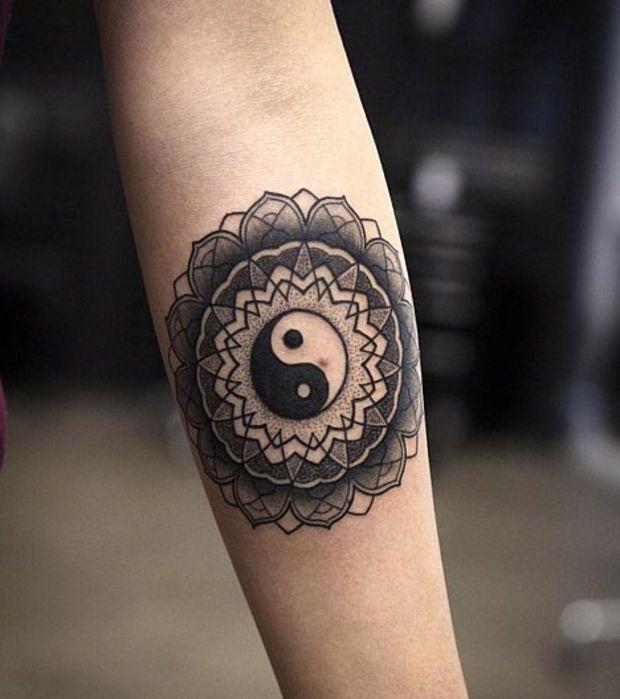 Un tatouage de mandala avec le signe ying yang