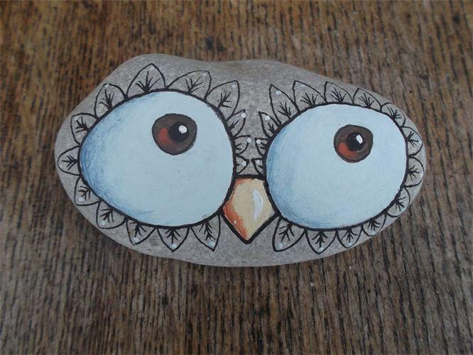 big owl eyes : painted pebble... Very cute!!