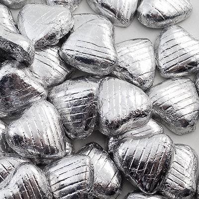 Hjerteformet lys melkesjokolade isølv foliepapir. Kan også brukes som strøpynt på festbordet. Best før mars 2014.Størrelse:3x3cm