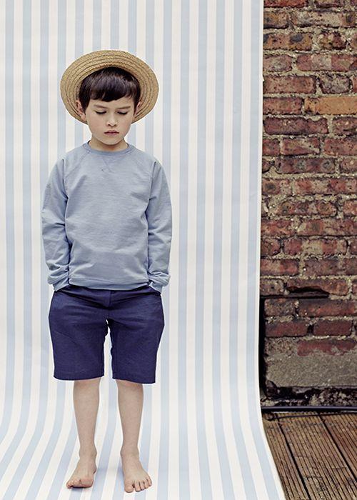 Marineblaue legere Shorts, ca 23 Euro, und bequemer Baumwollpullover, ca. 20 Euro, von Poppy Rose;  www.poppyrose.dk