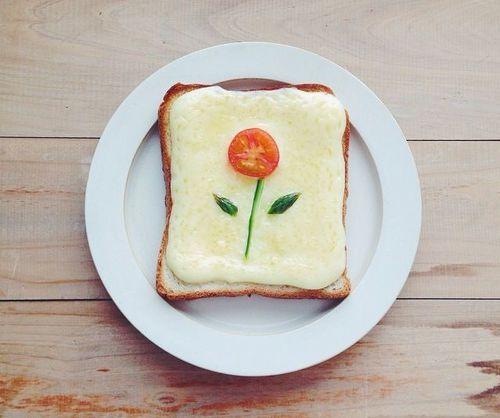 朝からにっこり笑顔咲く。Instagramで話題の「お花トースト」が可愛い♡|MERY [メリー]