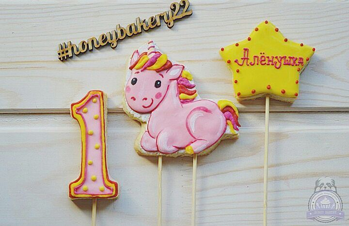 Топперы ко Дню Рождения чудесной малышки😊  #honeybakery22 #пряникибарнаул #подаркибарнаул #имбирноепеченьебарнаул #назаказ #барнаул #имбирныепряникибарнаул  #cookiesofinstagram #cooking #cookiedecorating #cookies #cookie #decoratedcookies #icingcookies #печенье #instalike #follow #like4like #instadaily #bestoftheday #имбирноепеченье #расписноепеченье #имбирныепряникиназаказбарнаул #пряникиназаказбарнаул #топперыдляторта #единорог #детскиеторты