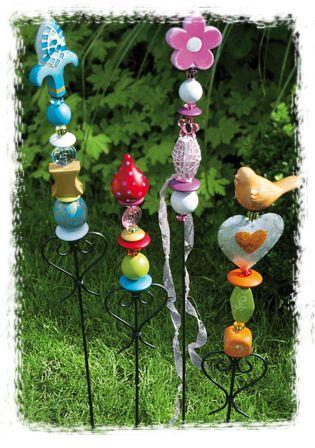 Ein toller Hingucker im Garten sind Florinos auf einem Gartenstab,die ihr verschieden gestalten könnt! Ich denke das vieles das Kinder so ansammeln hier verwendet werden koennten