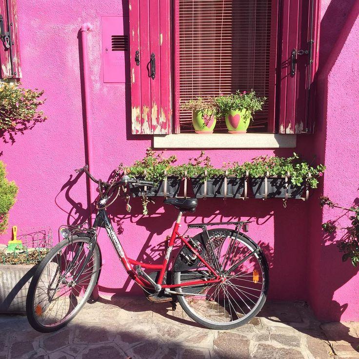 Burano 💚  Если отойти чуть дальше от центра острова, то улицы становятся шире, дома менее яркие, есть детские площадки и начинаешь верить, что на здесь живут реальные люди, а не актеры.