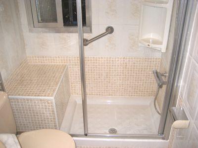 Plato de ducha de 100x70 con asiento mampara y agarradera for Asientos para duchas