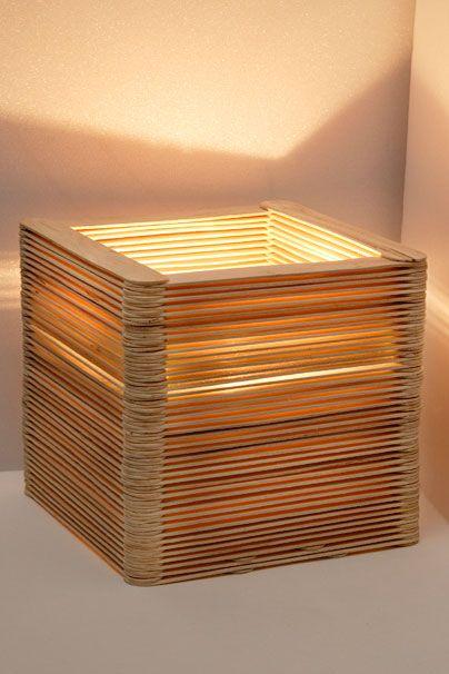 Originelle Lampe aus Holzspateln