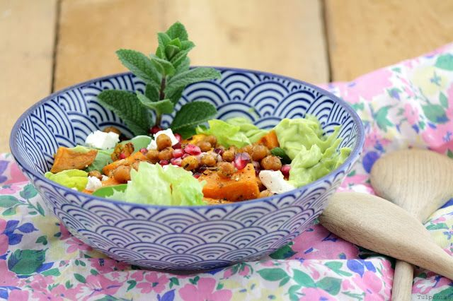 Tulpentag: Süßkartoffelsalat mit gerösteten Kichererbsen, Granatapfelkernen und Avocado-Dressing #salat #frühling #salad #feta #süßkartoffel