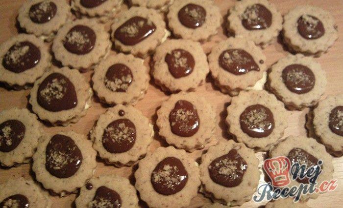 Jednoduchý recept na sušenky s čokoládou a oříšky. Doma jsem je našla v staré knize s recepty pod názvem Vídeňské dortíčky. Určitě zkuste, jsou křehké a rozplývají se na jazyku. Autor: Adddy