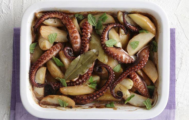 Αν και φουρνιστό το χταπόδι, το μαγείρεμα ξεκινά από την κατσαρόλα, για να βγάλει σε εύλογο διάστημα τα υγρά του.