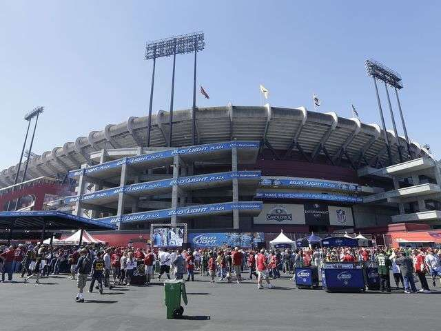 Fan falls, dies at Candlestick during 49ers-Packers game via @USA TODAY