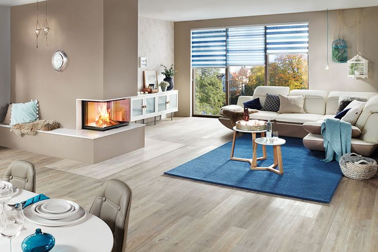 Ein schönes und großzügiges Wohnzimmer mit Essbereich ist die perfekte Location für einen modernen Heizkamin. Denn nichts ist beeindruckender als ein 3 seitiger Kamin, der ein maximum an Atmosphäre und einen unverbaubaren Blick auf das Kaminfeuer bietet.  Kamineinsatz: Schmid Ekko U 67(34)51 h Keramik: Zehendner WOK Feng-Shui-Glasur Quarz 1109  #Wohnzimmer #Essbereich #Kamin #Heizkamin #Feuer #ZehendnerKeramik #Naturtöne