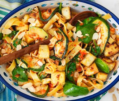 Den här rätten är både enkel att göra och går snabbt - två flugor i en smäll! Resultatet blir en spännande pastarätt som genom att använda äggfri pasta kan bli helt vegetarisk.