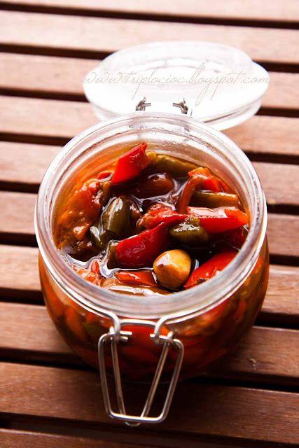 PEPERONI IN AGRODOLCE CON ACETO BALSAMICO: Ingredienti: 2 spicchi d'aglio - 50 gr di olio - 700 gr di peperoni gialli, rossi, verdi - 10 gr di sale - 30 gr di zucchero - 40 gr di aceto balsamico - 40 gr di vino bianco -