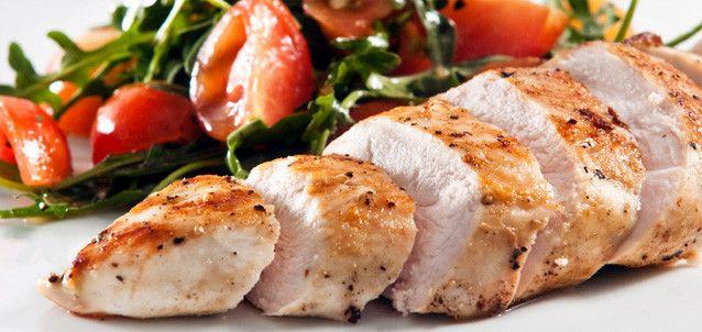 Куриные (индюшиные) грудки, томлённые в луке Что нужно:  3—4 грудки без кожи; 2 кг лука; соль; перец горошком; немного сухого чабреца.