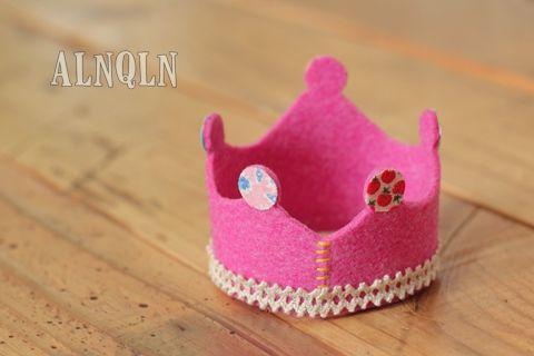 6/21は おこめの5歳の誕生日でした。 当日に ふと、誕生日っぽい被り物があったらいいかも  と思って王冠を作ってみました。  厚手のフェル...
