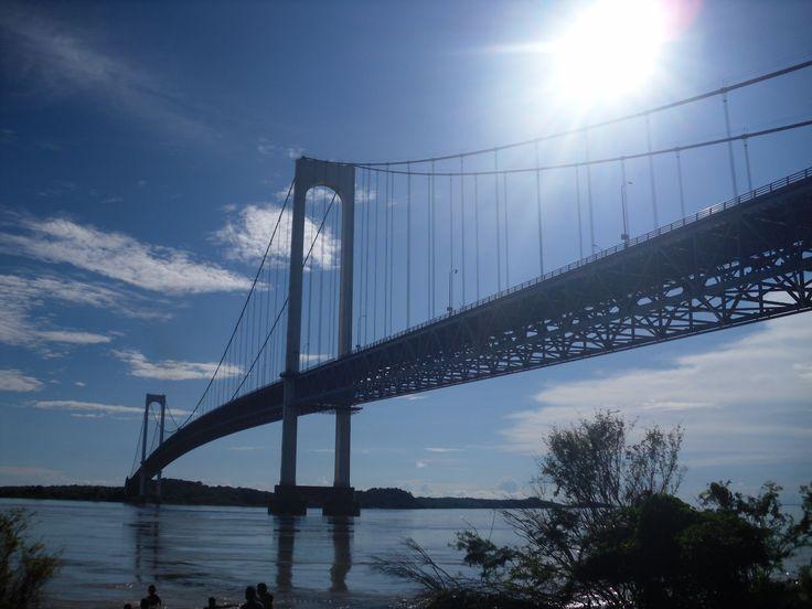 El puente de Angostura, sobre el río Orinoco, es el único puente que atraviesa este río, lo hace en su parte más angosta. Se extiende en un bello arco con una longitud de 1.678 m, la luz central es de 5,30 m, a una altura de 57 m y dista unos cinco kms. de Ciudad Bolivar. El diseño del puente viene de la mano del legendario ingeniero guayanés Paul Lustgarten (también diseñador del puente General Rafael Urdaneta) y contó con la participación especial del ingeniero Juan Otaola.
