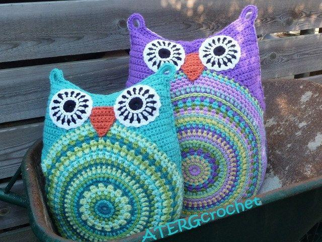 Crochet pattern owl cushion by ATERGcrochet in two sizes. €3,85, via Etsy.