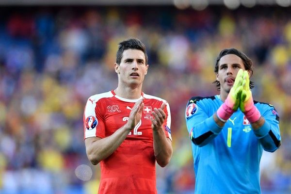 Switzerland's goalkeeper Yann Sommer (R) and Switzerland's defender Fabian Schaer acknowledge their fans after a 1-1 draw following the Euro 2016 group A football match between Romania and Switzerland at the Parc des Princes stadium in Paris on June 15, 2016. / AFP / PHILIPPE LOPEZ
