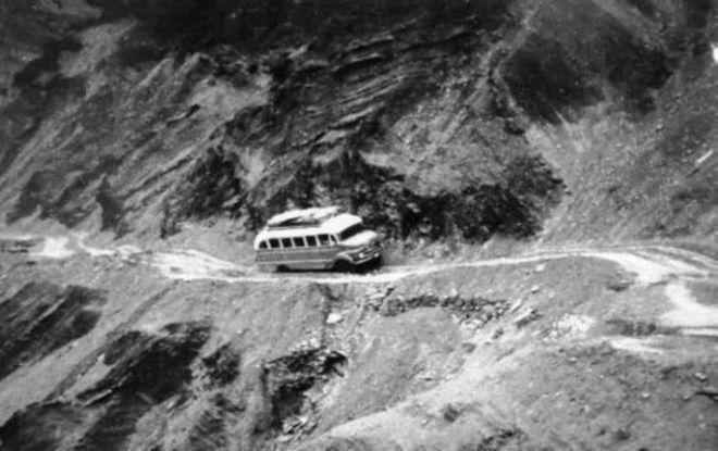 Από τη mixanitouxronou.gr: Δεκαετία του '50, ένα παλιό λεωφορείο κινείται κατά μήκος του γκρεμού στην...