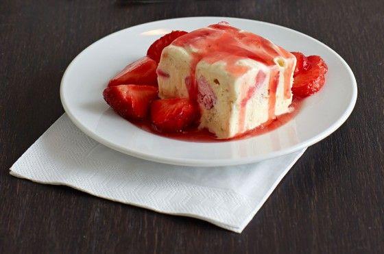 Erdbeer-Vanille-Parfait: Orangenlikör und Vanille im Parfait, dazu marinierte Erdbeeren: mehr braucht es nicht zum Glück.