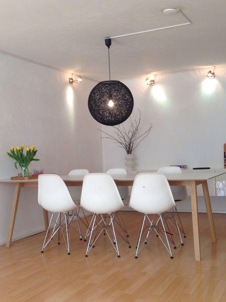 aikalailla unelmasetti; valkoiset DSR tuolit vitralta ja