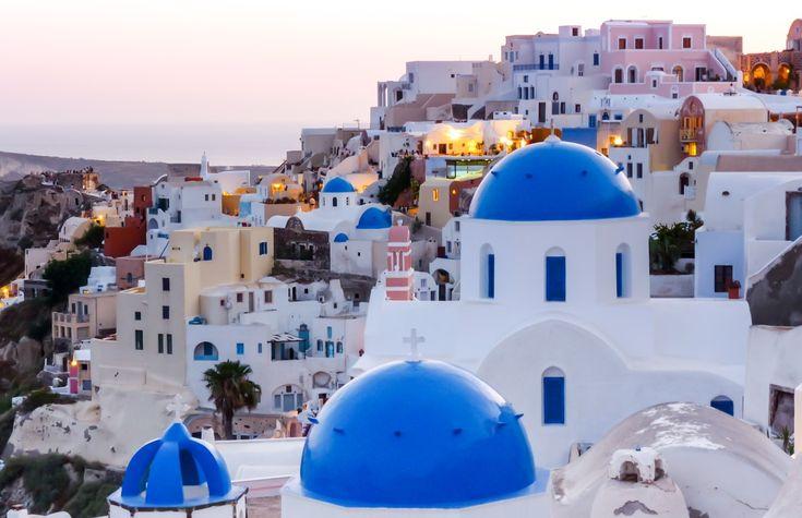 Oia est souvent considéré comme le plus beau village de Santorin. Ruelles blanches et dômes bleus des chapelles orthodoxes, Oia correspond parfaitement à la carte postale de Santorin que l'on a tous en tête. Focus sur Oia, la pépite de Santorin !