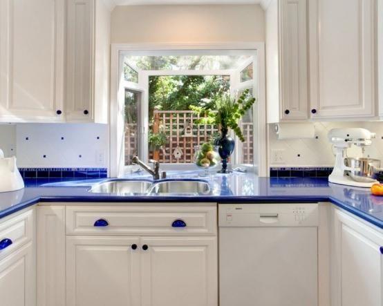 Кухня Алехандро. Белый П-образный гарнитур из массива с ультрамариновой столешницей http://www.mebel-zevs.ru/kukhni/kuhnja-216
