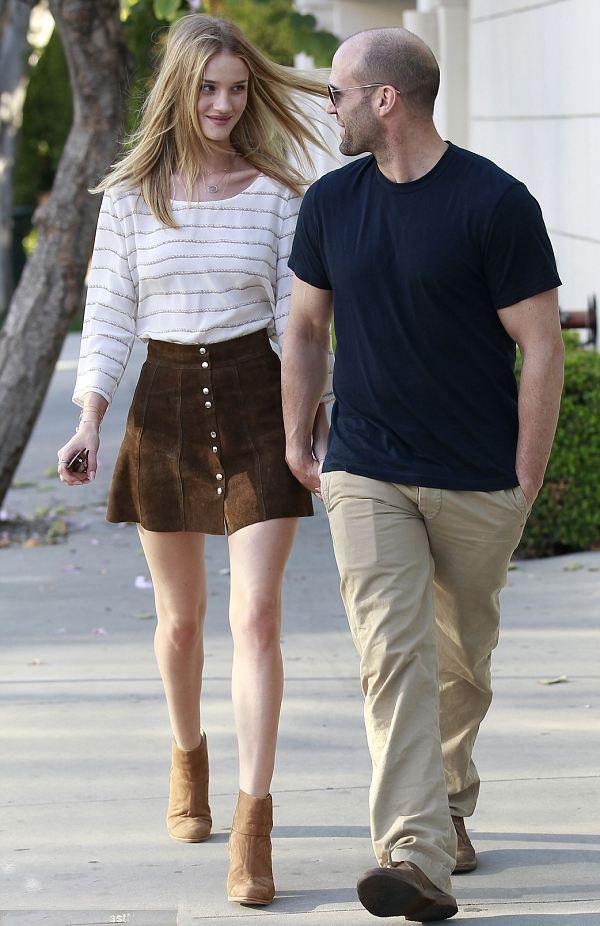 Rosie Huntington look tshirt listras saia cintura alta and jason statham