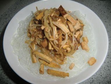 Glasnudeln mit Tofu und Sojasprossen
