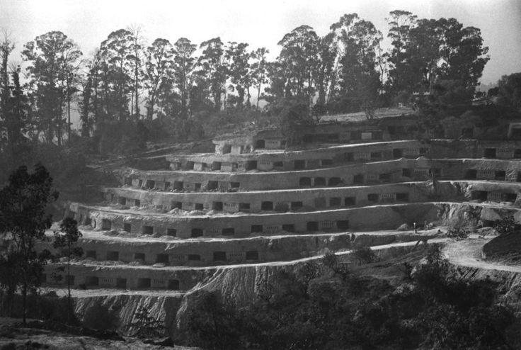 """Conjunto Habitacional Belén de las Flores. Ciudad de México, 1954. Carlos Lazo. Repensar los modelos de vivienda llevó a Carlos Lazo (Gerente General del proyecto de construcción de Ciudad Universitaria) a construir en 1954 un experimento de habitación mínima: 110 casas escarbadas en la montaña. Las """"cuevas civilizadas"""""""