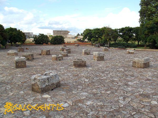 Pozzelle, Martignano, un antico metodo di raccolta dell'acqua piovana all'interno di cisterne e a forma di campana, scavate nel terreno e rese impermeabili.