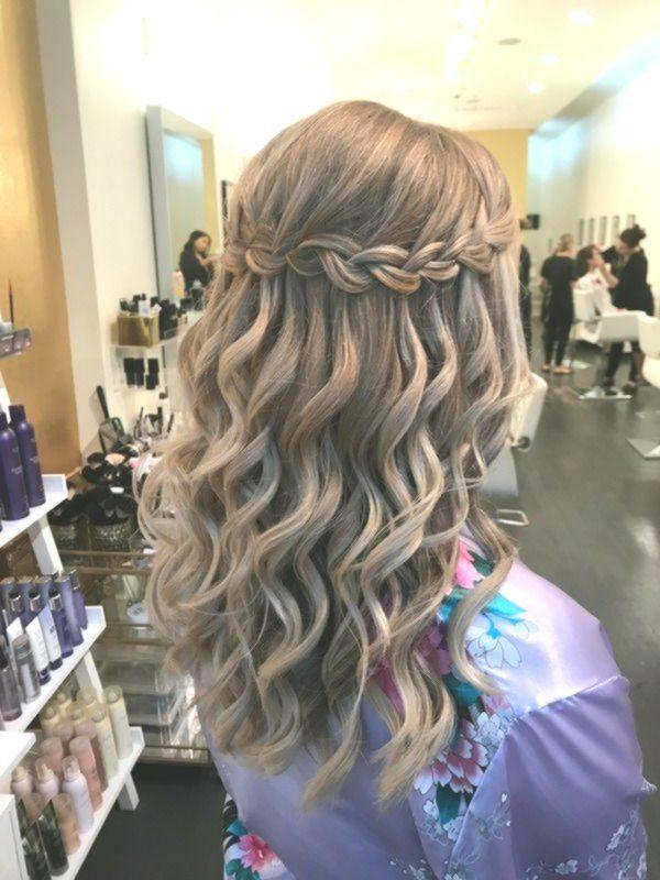 Dieser Wasserfall Zopf Mit Weichen Wellen Ist Die Perfekte Hochzeit Prom Oder Homecoming Wasserfall Frisur Geflochtene Frisuren Coole Frisuren