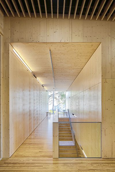 Vinnaren av träpriset 2013 i Finland, Halita av Lahdelma & Mahlamäki, foto Mika Huisman – http://www.tidningentra.se/reportage/ruvande-anka-vakar-over-skogen #arkitektur i #trä