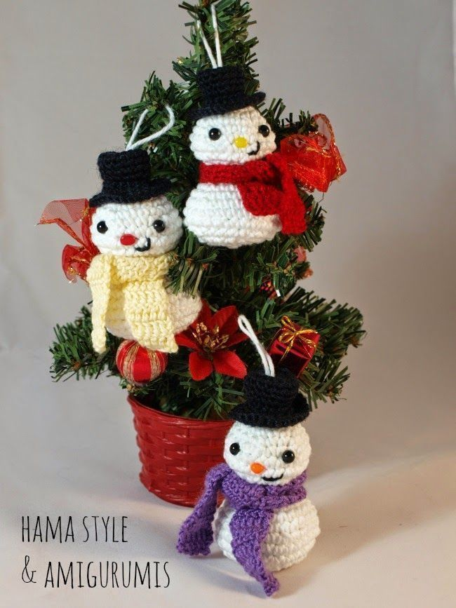 Muñequitos de nieve en amigurumi para colgar en el arbol de navidad, con sus sombreritos y bufanditas y todo. Reno de Navidad amigurumiMuñeca amigurumi articulableGlobo terráqueo amigurumiDIY Medusas en amigurumiPatrón mono amigurumi abrazacortinasDIY como hacer una Moto Vespa en amigurumiTutorial Pulpo amigurumi para Bebés PrematurosMuñeco de nieve Rudolph patron amigurumiPatrón Chupeteros de Minnie …