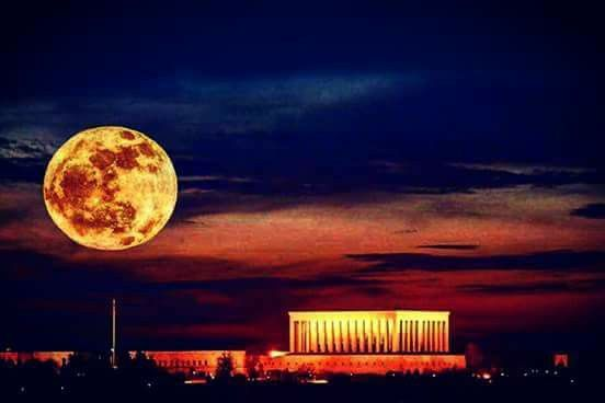 Ay bile biliyor, dünyaya yaklaştığında mutlaka gidilmesi gereken yerin #Anıtkabir olduğunu...