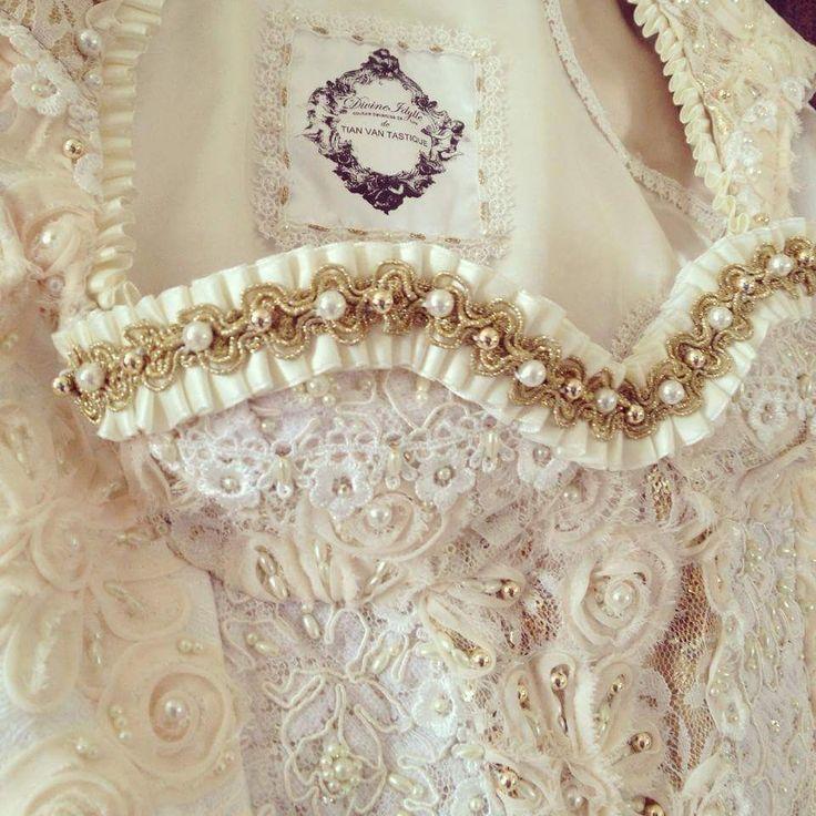 Ein vanTastisches Brautdirndlkleid vom Designerlabel Tian van Tastique #vintage #weddingdress #Brautdirndl #Hochzeitsdirndl #Brautkleid # #womenswear #bridelwear #Abendkleider #Brautdirndlkleid #Tracht #tradition  https://www.facebook.com/DivineIdylleTianvanTastique/ www.tianvantastique.com