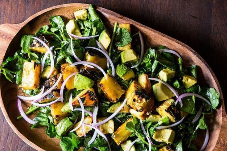 Σαλάτα με ανανά, αβοκάντο και ροκφόρ