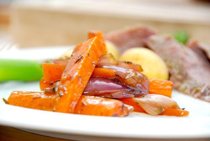 Glaserede gulerødder og rødløg med timian - opskrift fra Guffeliguf.dk