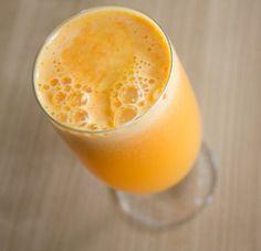 regenerační džus na klouby (1/3 malého ananasu, 1 pomeranč, 1 jablko, 1 citrón,  2 kousky zázvoru, 2 mrkve)