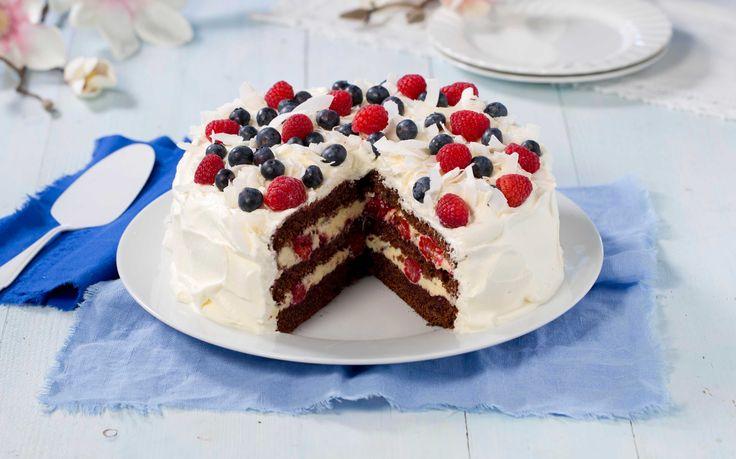 Sjokoladebløtkake med vaniljefyll og kokos er en kake for sjokoladeelskere. Denne oppskriften kommer du til å elske!