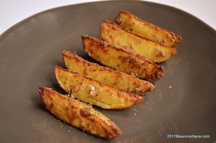 Cartofi la cuptor cu usturoi si parmezan. Cartofi aurii copti la tava, in crusta de parmezan si ierburi aromatice. O reteta rapida de potato wedges care ne
