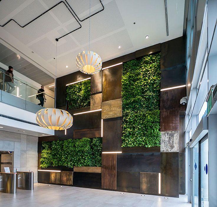 idee-deco-bureau-mur-vegetal-panneaux-bois-bandes-lumineuses