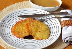 Recept på Potatisplättar. Enkelt och gott. Potatisplättar är enkla att göra och omtyckta av de flesta. Smeten görs på pressad, kokt potatis eller överblivet potatismos. För att ge smeten stadga tillsätts ägg och ibland vetemjöl. Tänk på att krydda väl.