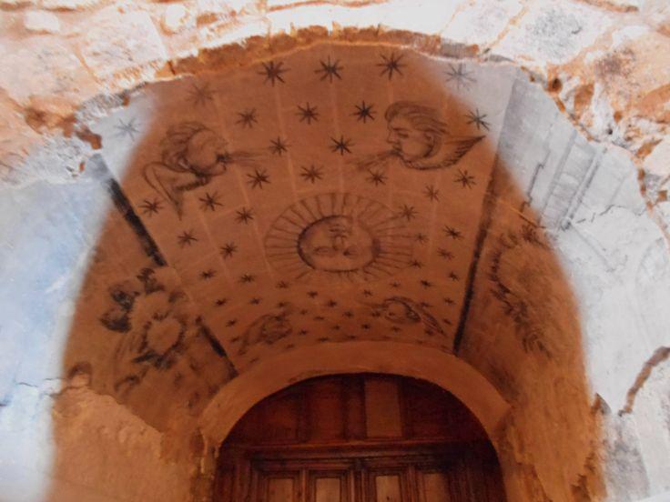 Frescos sobre puerta del pie de la nave.