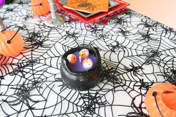 Cette bougie représente un chaudron dans lequel une sorcière aurait fait cuire des yeux globuleux. Miam, miam, bon appétit !