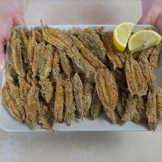 Le alici panate al forno sono un secondo piatto delizioso, per arricchire un pranzo a base di pesce, da servire come antipasto sfizioso.